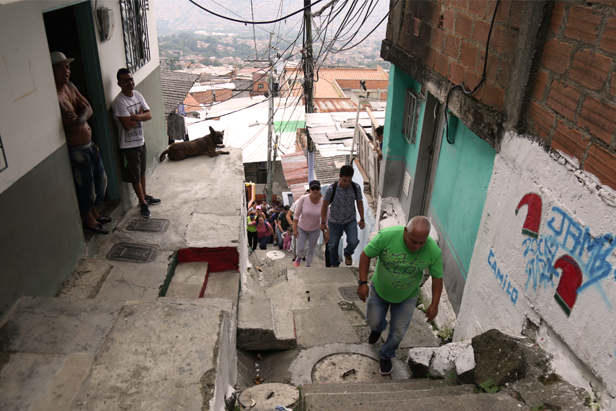 A Medellín la recorremos en plural: rutas, caminatas y conversaciones en las calles del barrio